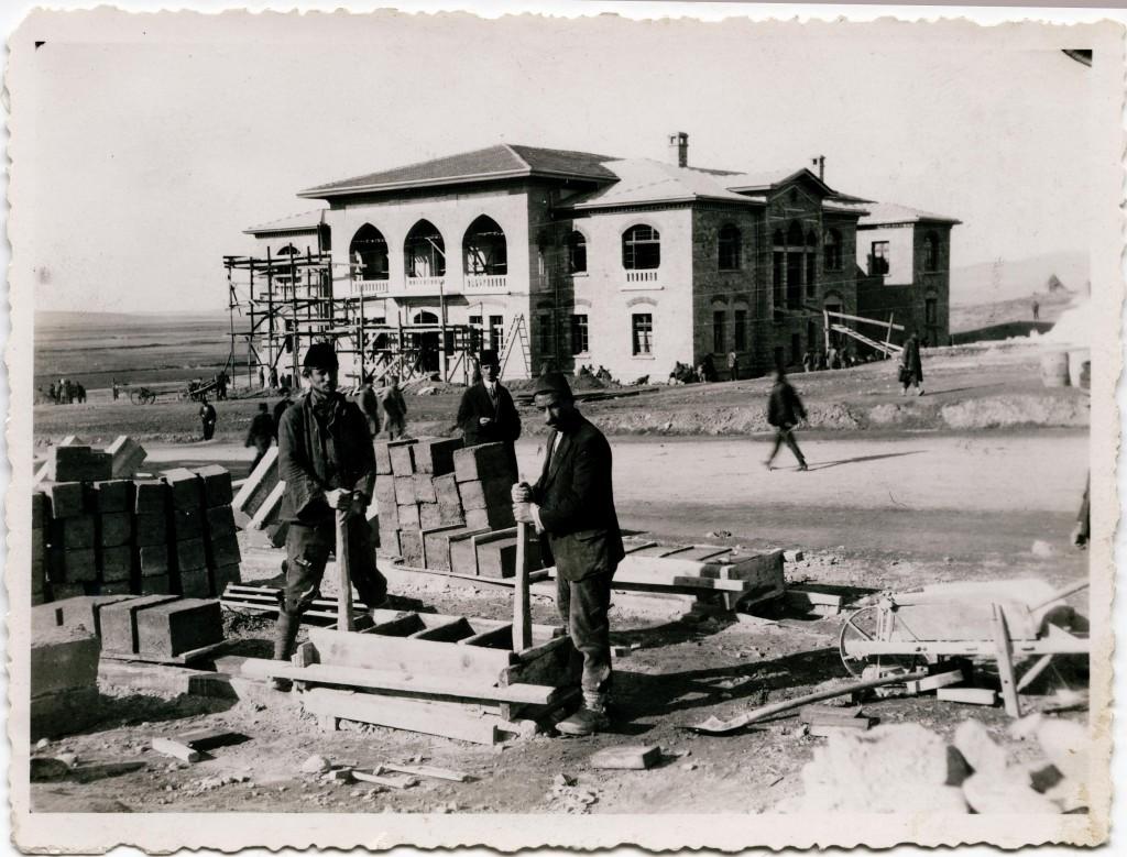 II. meclis insaatinde macar isciler 1924 1024x779 Şandor Hadi nyomában – 2. rész