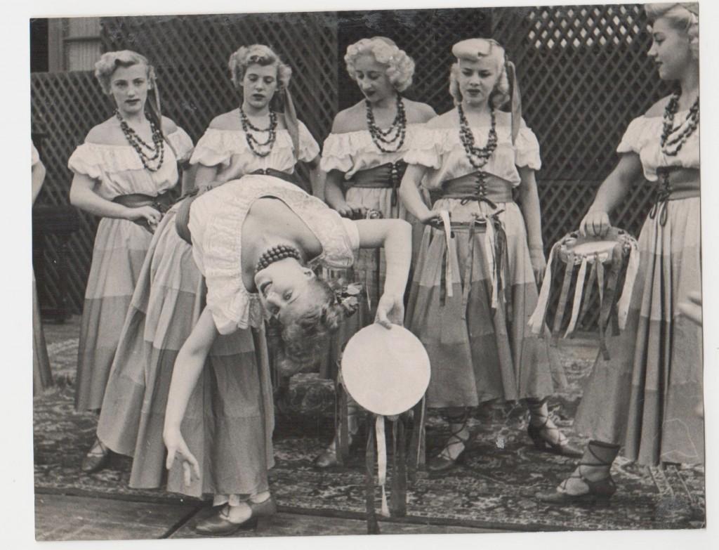 Magyar táncoslányok