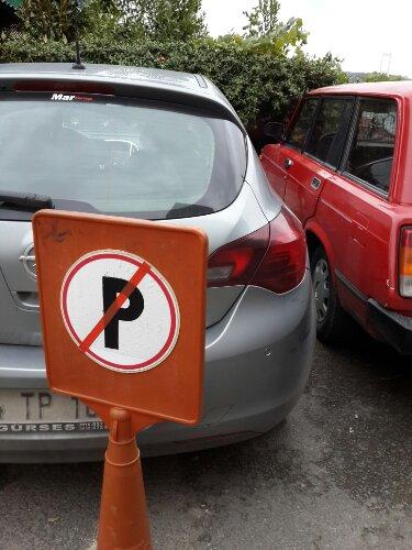 Parkolni tilos, kivéve ha odébb rakom a táblát