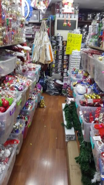Karácsony van a Mindenkacatotárulunk boltban is (nekem meg nem kellene hadonásznom fényképezés közben)