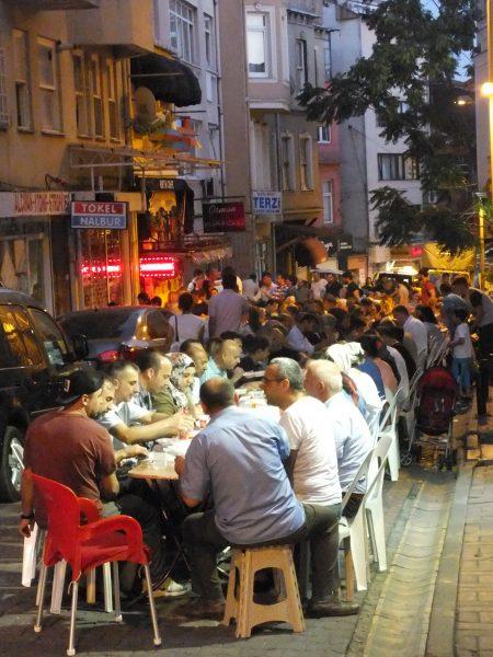 Ramadán 2016 - Egy egész utca változott át közösségi vacsorára