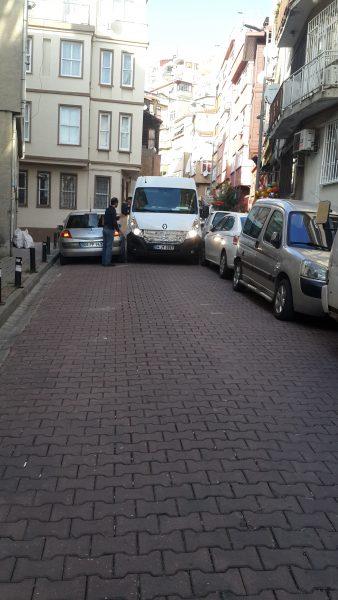 Milliméterezget az iskolabusz, hogy elférjen a parkoló autók között