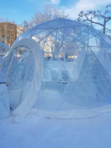 Ahol nem bíznak a véletlenben: műanyagból épített iglu, eszkimókkal. Ez bírja a +20 fokot is!