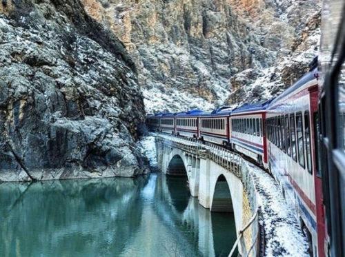 Keleti-Expressz vonat a havas hegyek között Forrás: doyouknowturkey.com
