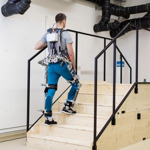 A jövő: Külső vázas robot segít a lépcsőn felmenni - Forrás: VLEXO