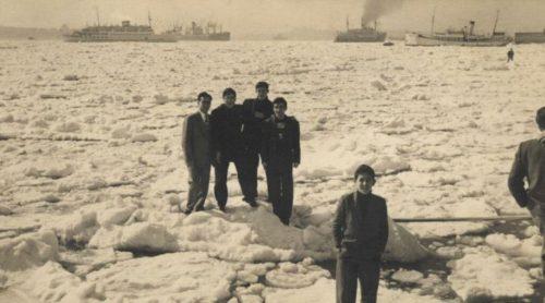 A híres 1954. február 24-ei esemény, amikor a jég tetején lehetett a sétálni a Boszporuszon. - Forrás: ekşişeyler