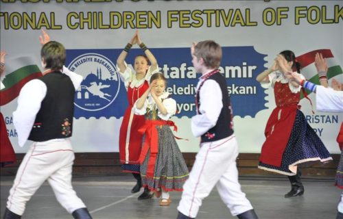 A magyar gyerekek a törökországi gyereknapon (2011) - Forrás: TRT