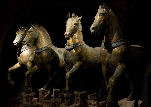 A lovak eredetileg a Konstantinápolyt a Hippodromban voltak. Ma Velencében találhatóak, a Szent Márk Templomban. Forrás: Wikipédia