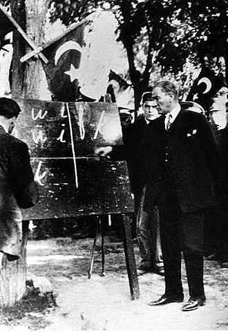 Atatürk tanítja az új abc-t. 1928. szeptember 20. Kayseri. Forrás: Wikipédia