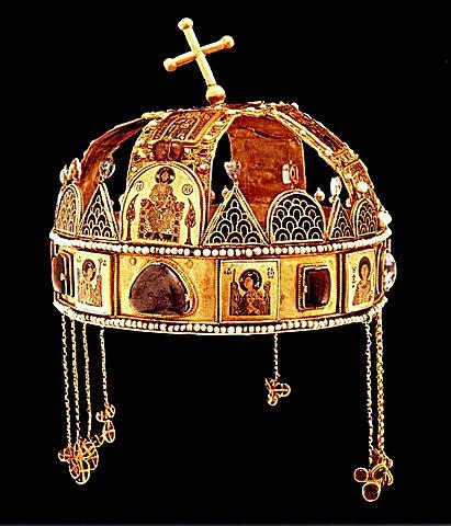A magyar Szent Korona - egyike a három fennmaradt bizánci korona közül. Forrás: Wikipédia