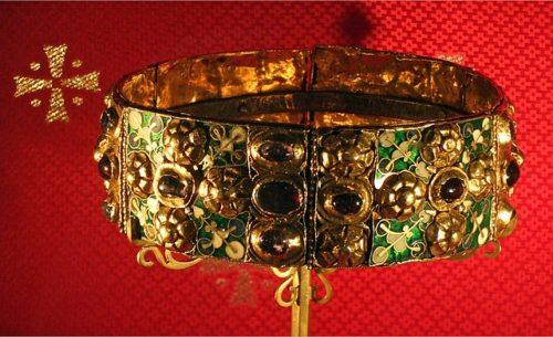 Lombardia vaskoronája (Vaskorona). A belsejében lévő, egy centiméter vastag vaspántról kapta, ami állítólag Jézus Krisztus egyik vasszegéből készült, amellyel keresztre feszítették. Forrás: Wikipédia