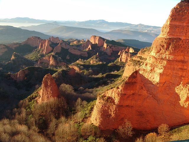 Las Médulas. Itt valaha hegy állt, amit a rómaik összetörtek, hogy kibányásszák az aranyat Forrás: Wikipédia